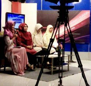 berbicara di depan tv